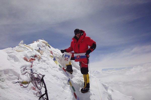 Vrchol Makalu. Na jednej z najvyšších hôr sveta zaviala vďaka Petrovi slovenská vlajka.