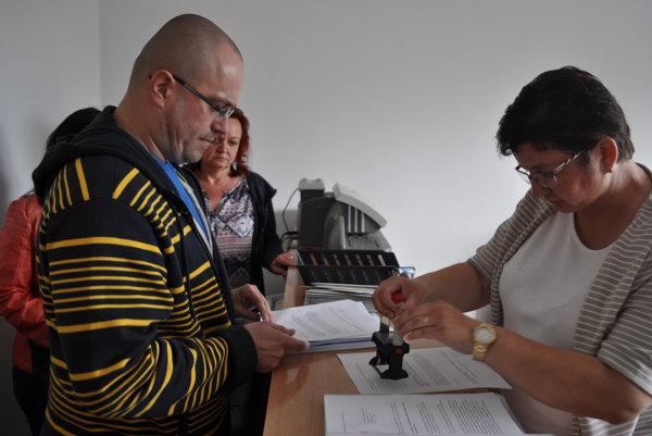 Obyvatelia Voderád pri odovzdávaní petície.