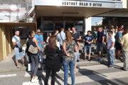 Prevádzkovatelia zábavných nočných podnikov a ich návštevníci sa stretli pred mestským úradom.