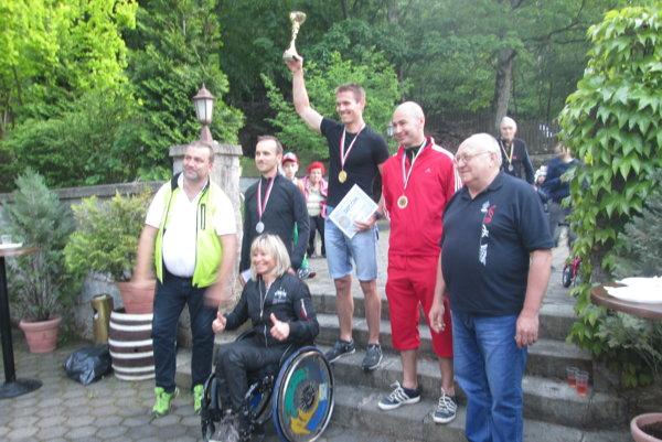 Oceňovanie víťazov. Najlepší muži s paralympioničkou Oroszovou.