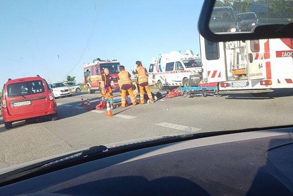 Hrozivo vyzerajúca nehoda. Všade na ceste boli časti rozbitej motorky.
