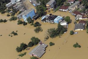 Pri evakuácii ľudí používa armáda veľká obrnené vozidlá, člny a vrtuľníky.