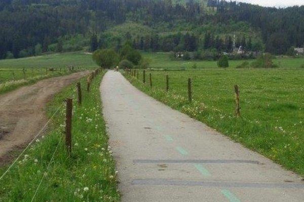 Cyklistický chodník. S vymeneným oplotením.