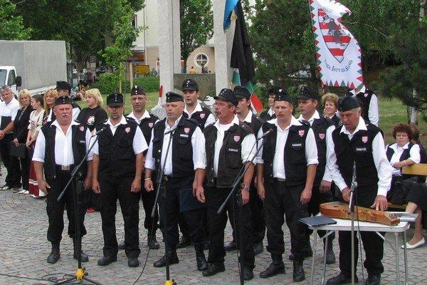 Pochodovanie v uniforme je podľa sudkyne základným občianskym právom.