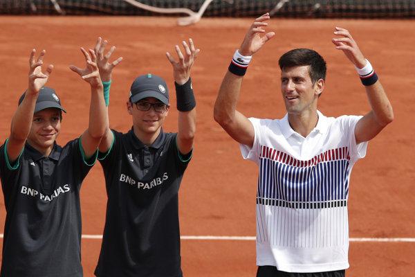 Novak Djokovič po zápase slávil svoje víťazstvo s podávačmi loptičiek.