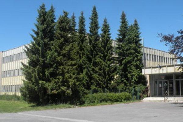 Budova Strednej zdravotnej školy na Vrbickej ulici v Liptovskom Mikuláši.