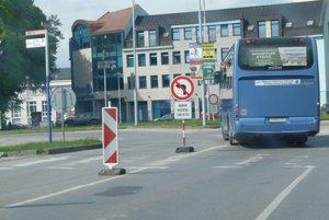 Z Jesenského ulice teraz na Kohútovú odbočiť nesmiete. Smú tadiaľ iba autobusy a záchranka.