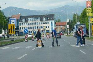 Na Jesenského ulici sú v jednom pruhu príkazové značky.