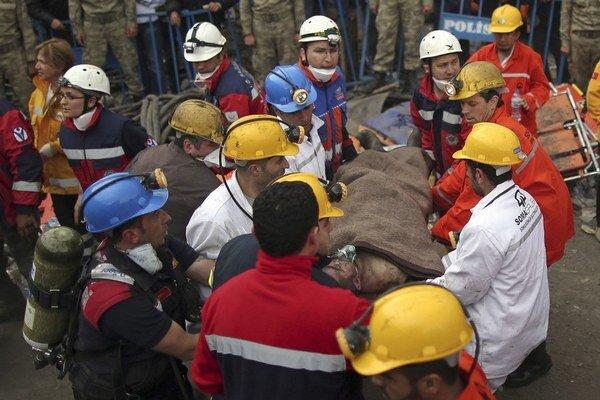 Oheň a následný výbuch plynov zabil v tureckej bani viac ako dvesto baníkov.