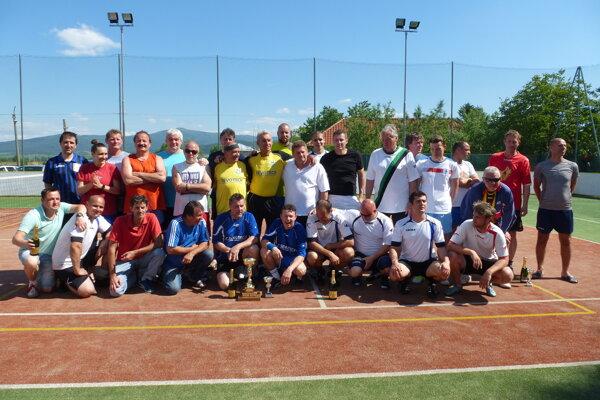 Účastníci nohejbalového turnaja v Adamovských Kochanovciach.
