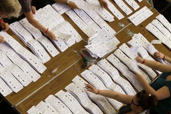 Volebné lístky v eurovoľbách v Británii.