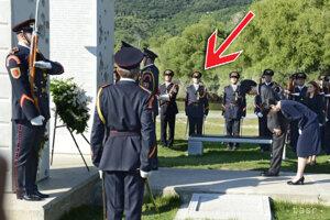 Japonský princ Fuhimita Akišino kladie veniec na Devíne. Mateja označuje šípka.