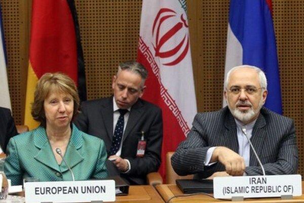 Šéfka európskej diplomacie Catherine Ashtonová (vľavo) a iránsky minister zahraničných vecí Mohammad Džavád Zaríf.