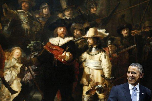 Barack Obama sa usmieva pred Rembrandtovým obrazom Nočná hliadka v Rijksmuseum v Amsterdame.
