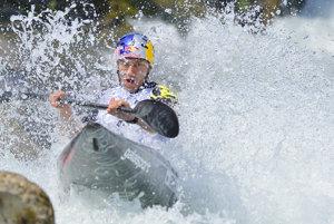 Na snímke slovenský reprezentant Jakub Grigar vo semifinálovej jazde v kategórii K1 na majstrovstvách Európy slalomárov na divokej vode v slovinskom Tacene.