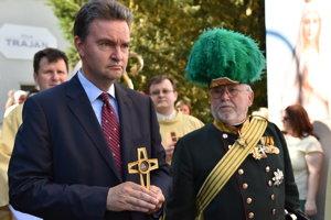 Na snímke vľavo Georg Habsburg-Lothringen, ktorý drží relikviu svojho starého otca Karola I. Habsburského.