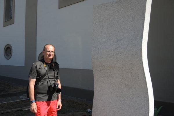 Zborový farár Ján Bunčák pri čerstvo osadenom pamätníku.