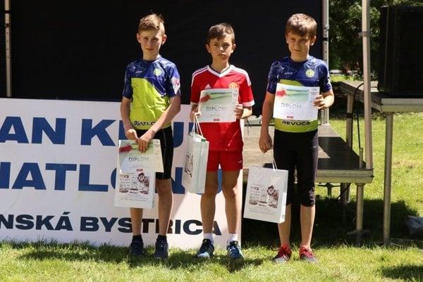 Sebastián Belicaj (v strede) pokračuje vo víťaznej jazde aj v letnej sezóne.