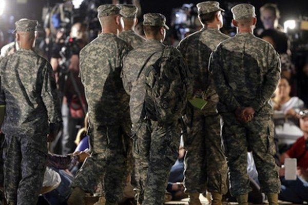 Vojaci sledujú tlačovku veliteľa Marka Milleya.