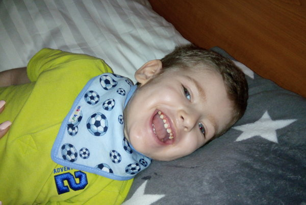 Malý Marek. Donedávna zdravý chlapček bojoval oholý život.