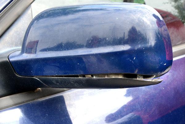 Zničený späťák. Spätné zrkadlo vraj poškodil dôchodca doskami, na aute je aj viacero škrabancov.
