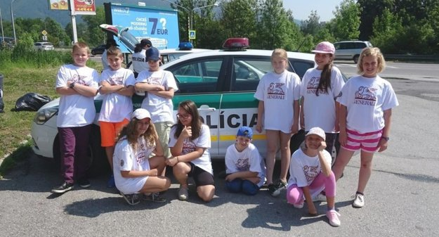 Policajtom pomáhali školáci.