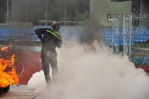 Oheň na štadióne našťastie neznamenal skutočný požiar. Jeho likvidácia bola súčasťou súťažnej disciplíny.