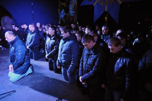 Niektorí členovia Berkutu sa už ospravedlnili. Na zábere z februára žiadajú o odpustenie v Ľvove.