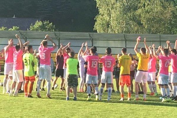 Futbalisti FK Terchová oslavujú postup s fanúšikmi.