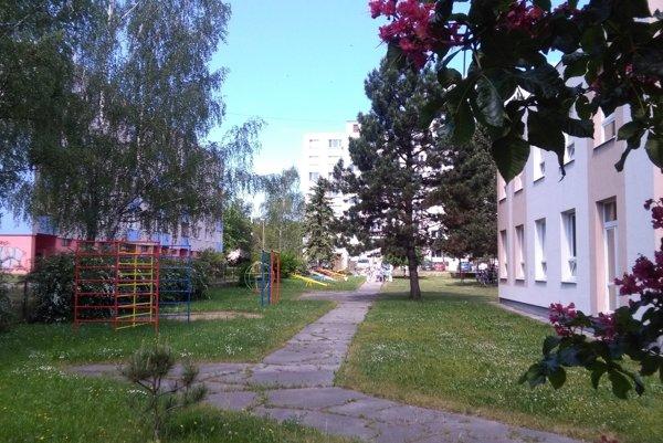 Vybavenie dvora materskej školy si pamätá minulý režim.