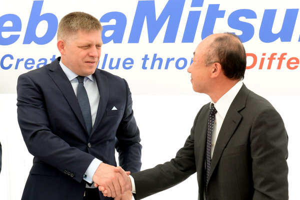 Premiér Robert Fico a viceprezident MinebeaMitsumi Inc. Šigeru Moribe.