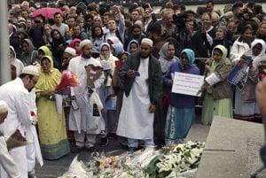 Moslimovia pri spomienke na obete londýnskeho útoku.