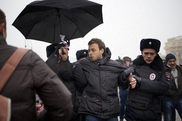 Ukončenie podporných protestov za televíziu Dožď. Pokyny pre ruskú políciu zneli jasne: zamerať sa na demonštrantov s dáždnikmi.