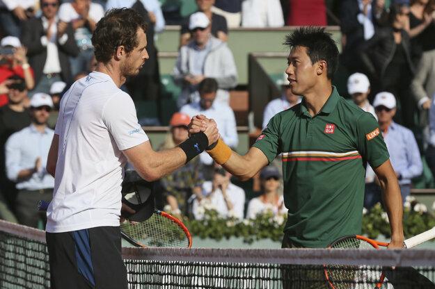 Andy Murray (vľavo) prijíma gratuláciu od Keia Nišikoriho.