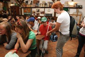 Nevidiaci žiaci spoznávali školu inak ako ich rovesníci.
