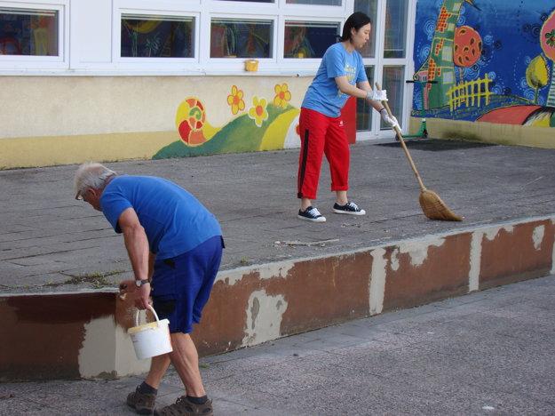 Práce v areáli ZŠ Karpatská v Žiline.
