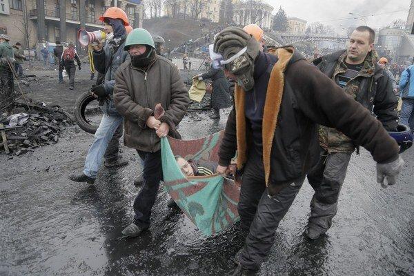 Za ostreľovanie demonštrantov z minulého týždňa v centre Kyjeva vinia 50 ľudí vrátane prezidenta Viktora Janukovyča.
