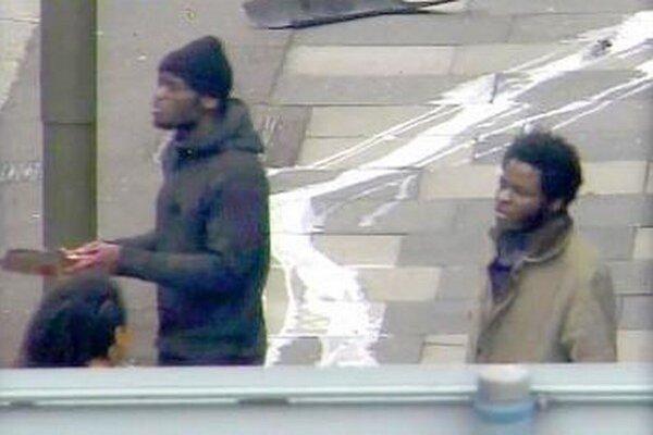 Na videosnímke po útoku Michael Adebolajo a Michael Adebowale rozprávajú smerom k ľuďom.