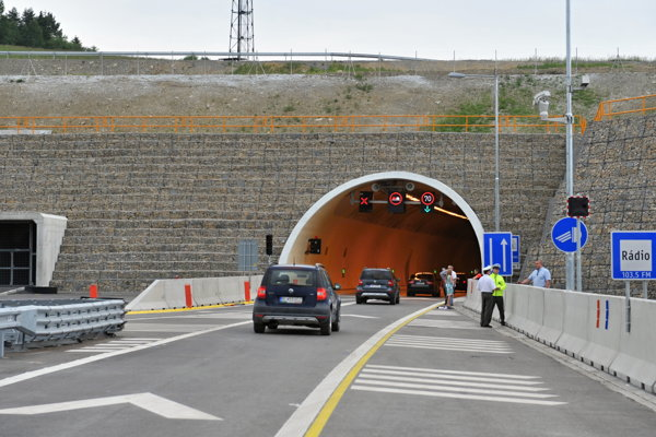 Štát v sobotu otvoril nový úsek diaľnice D3 na Kysuciach smerom na Poľsko. Jej súčasťou sú aj dva tunely.