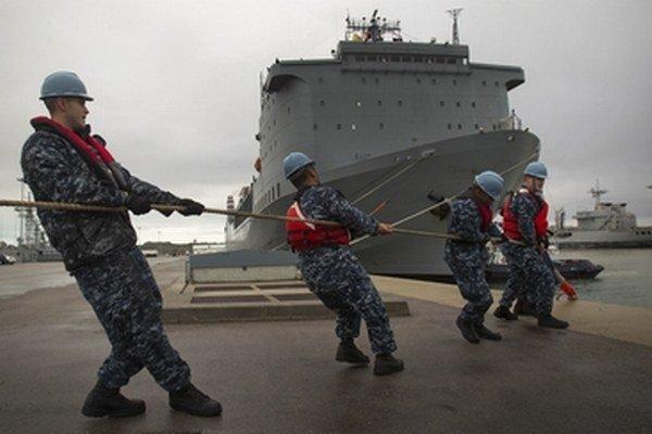 Na americkej nákladnej lodi má dôjsť k zničeniu chemických zbraní na mori.