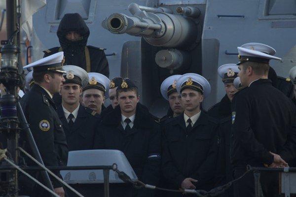 Ukrajinskí námorníci na lodi Ternopil v Sevastopoli.