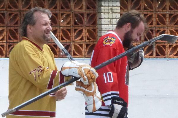 V Skalickej mestskej hokejbalovej lige prišlo v semifinále aj na súboj generácií. V zápase legendy - Indiáni sa stretli Nikola Kovalovský a Nikolas Kovalovský.
