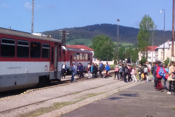 Cestujúci na trati Čadca - Makov budú musieť presedlať na  autobusy.