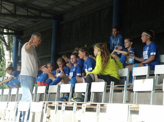 Žiačky FC Union pozorne načúvajú v prestávke radám svojho trénera