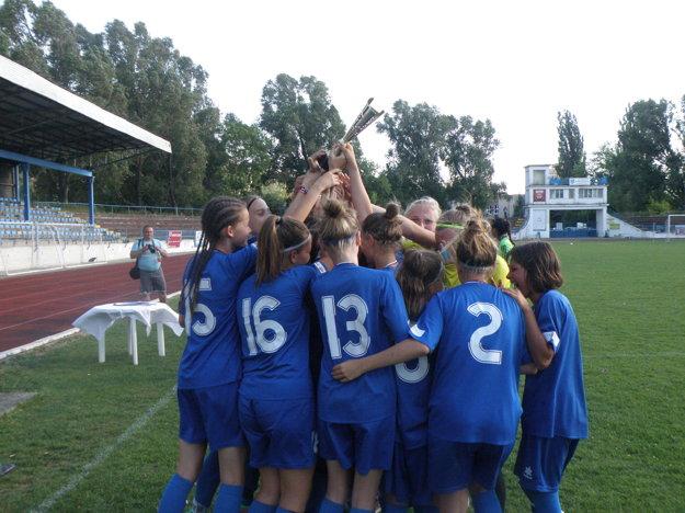 Radosť hráčok po prevzatí pohára a medailí