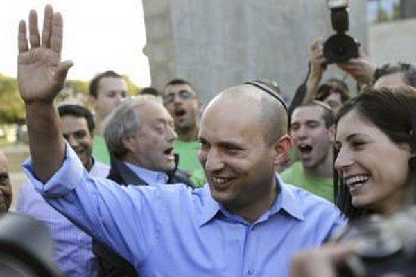 Líder izraelskej Židovskej strany domova Naftali Bennett máva svojím stúpencom.