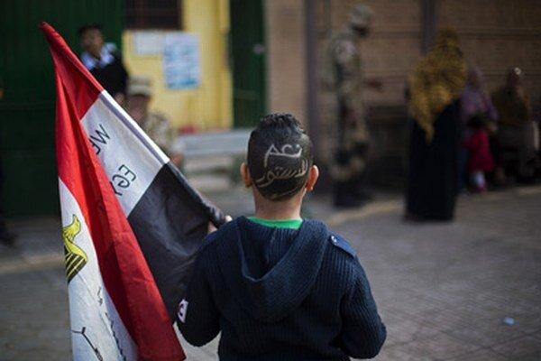 """Egyptský chlapec pózuje s nápisom """"Áno ústave"""" na hlave."""