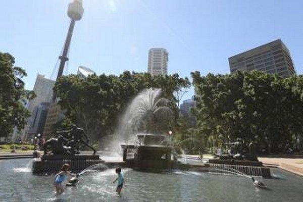 Deti sa ochladzujú vo fontáne v Sydney.