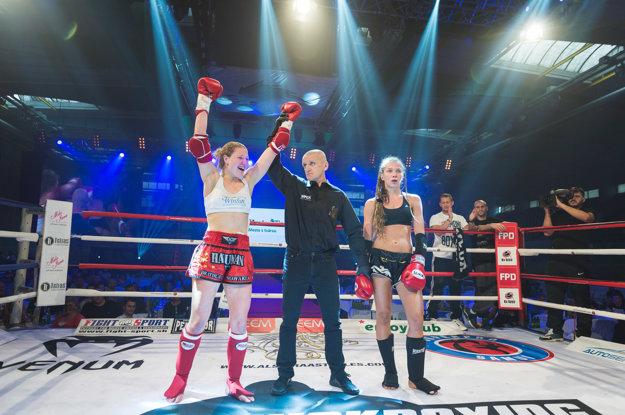 Lucia Szabová (vľavo) po vyhratom zápase
