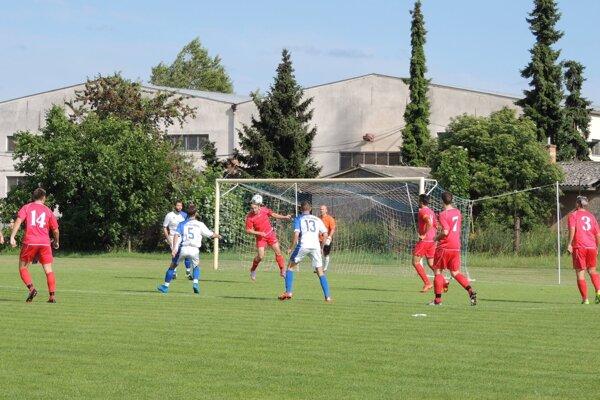 Zo zápasu FK Kolárovo - Kalná nad Hronom 1:1